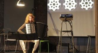 Live muziek van Marieke Grotenhuis bij filminstallatie De Toverlantaarn