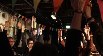 Martijn Engelbregt houdt een stiltemeditatie onder het publiek van Veenproef XL.